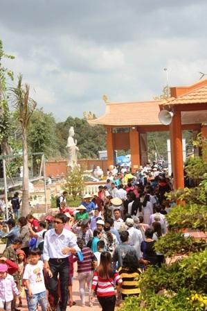Đường vào Thiền viện có rất đông người đến lễ Phật, tham quan