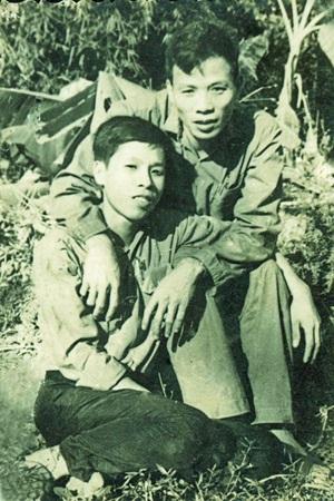 Thiếu tướng Nguyễn Hữu Vị (trái) chụp hình cùng đồng đội (ảnh tư liệu)