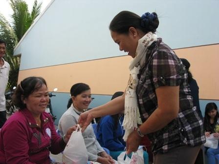 Đại diện công đoàn khu công nghiệp trao quà cho các công nhân vui xuân đón Tết xa quê