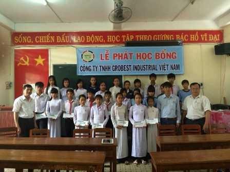 25 em học sinh nghèo, vượt khó ở trường THCS thị trấn Cầu Ngang nhận học bổng