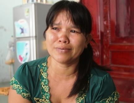 Bà Loan khóc nức nở khi kể chuyện con bị nhóm bạnđánh dã man.