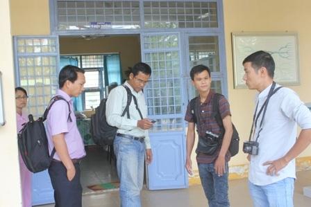 Nhiều phóng viên báo chí túc trực tại phòng Ban giám hiệu nhưng không tiếp cận được cuộc họp.