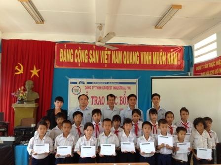 Đại diện Công ty Grobest Việt Nam trao học bổng cho học sinh Trường tiểu học Bình Xuân 1