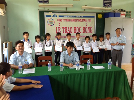 Buổi trao học bổng tại Trường Tiểu học Phú Thạnh