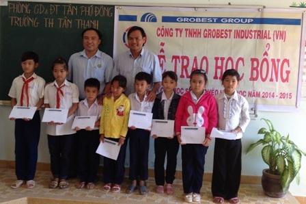 Học sinh nghèo vượt khó ở Trường Tiểu học Tân Thạnh nhận học bổng