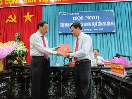 Ông Tô Huy Rứa trao quyết định của Bộ Chính trị cho ông Võ Thành Hạo