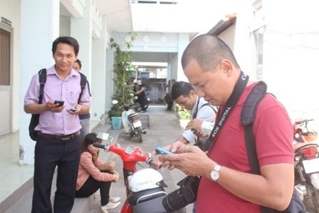 Đông đảo phóng viên đến Phòng Giáo dục và Đào tạo TP Trà Vinh để tìm hiểu thông tin.