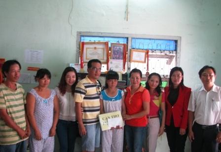Nhóm từ thiện từ TP Cần Thơ đến thăm hỏi, chia sẻ khó khăn với gia đình nữ sinh N.T.H. P.