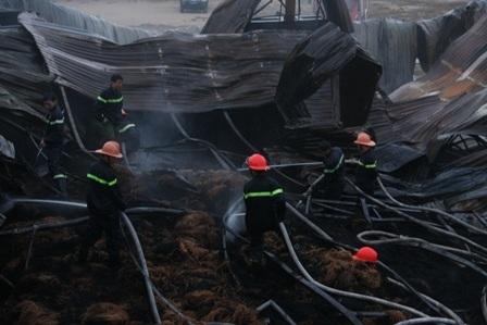 Cán bộ chiến sĩ được huy động đến hiện trường chữa cháy