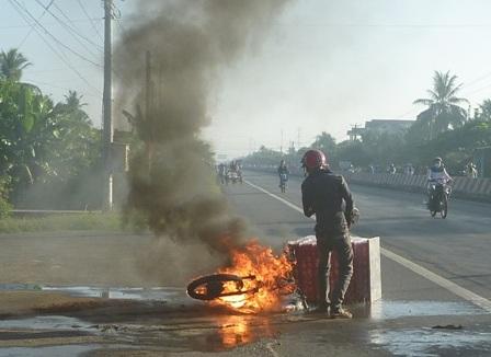 Chiếc xe mô tô đang chạy bỗng cháy ngùn ngụt