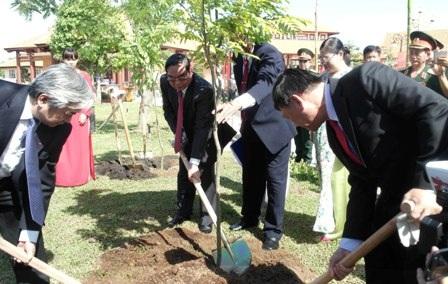 Lãnh đạo Đảng và nhà nước trồng cây trong khu lưu niệm