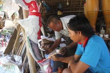 Nghệ nhân Thạch Ca Ri No cùng người con hoàn thành bức tượng Chim Thần do nhà chùa đặt làm