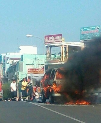 Chiếc xe bốc cháy ngùn ngụt trên đường