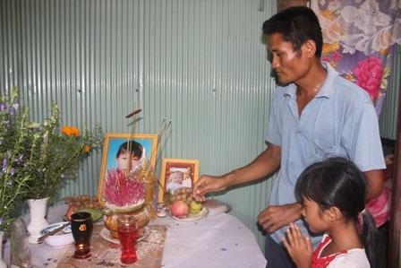 Ông Thạch Mới cùng đứa con gái bên bàn thờ vợ và đứa con 3 tháng tuổi