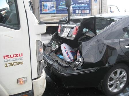 Vụ tai nạn làm xe ô tô bị hư hỏng nặng