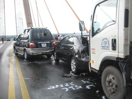 4 xe ô tô tông nhau liên hoàn trên cầu Rạch Miễu