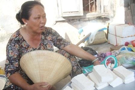 Bà Hoàng kể chuyện giúp bán hàng khi bà Hoa bận đi học