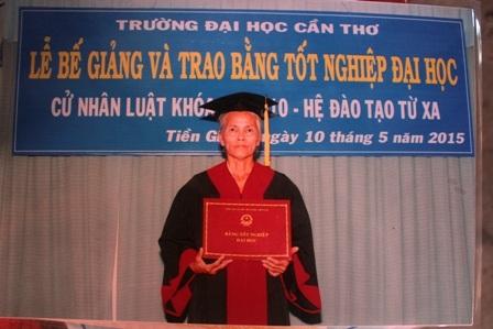 Bà Hoa hôm nhận bằng Cử nhân Luật