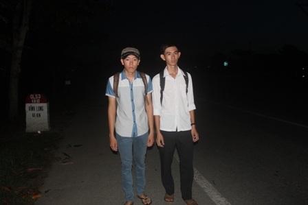 Mới tờ mờ sáng, Duy và người bạn đã tranh thủ đi bộ đến địa điểm thi