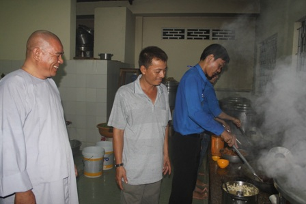 Bếp ăn của nhà chùa đỏ lửa suốt đêm để phục vụ các sĩ tử trong suốt kỳ thi
