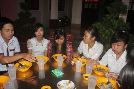 Mới hơn 5 h sáng các thí sinh ở chùa Phật Quang ăn sáng để chuẩn bị đi thi