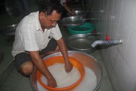 Vo gạo lúc nửa đêm để nấu cơm.