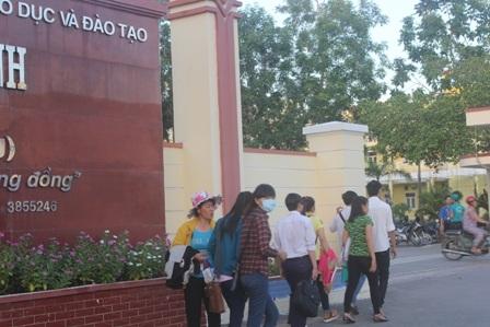 Các thí sinh đến điểm thi số 15 (Trường Đại học Trà Vinh) từ lúc sáng sớm