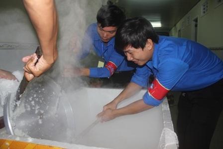 Các tình nguyện viên chia thành từng nhóm nhỏ để làm việc suốt đêm