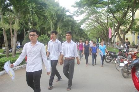 Các thí sinh dự thi tại khu I, Trường Đại học Trà Vinh. (Ảnh: Minh Giang)