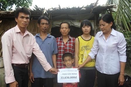 Đại diện lãnh đạo chính quyền địa phương trao tiền bạn đọc báo Dân trí ủng hộ cho gia đình ông Minh