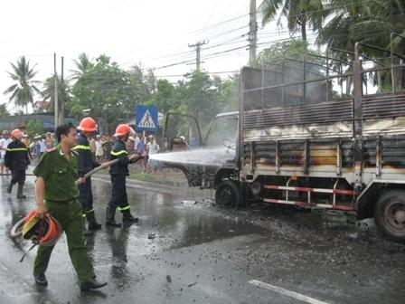 Cảnh sát PCCC dập tắt đám cháy