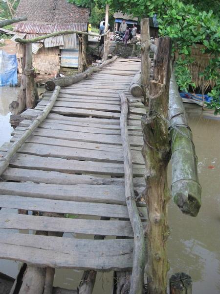 Tại cây cầu này đã có không dưới 500 chiếc xe gắn máy phải rơi xuống kênh