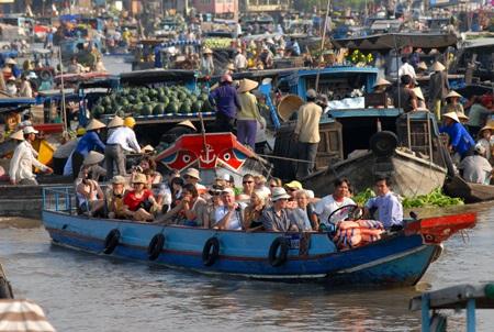 Tấp nập du khách và thuyền ghe trên chợ nổi