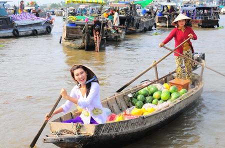 Cô gái Cần Thơ chèo thuyền bán hàng trên chợ nổi
