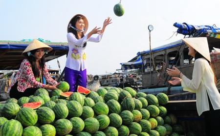 Hoa trái miệt vườn được bày bán trên chợ nổi
