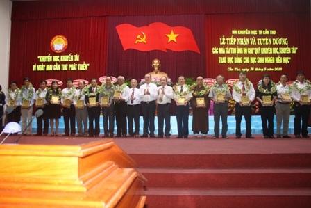 Các cá nhân, tập thể nhận hoa và kỷ niệm chương của Hội khuyến học TP Cần Thơ trao tặng