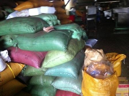 Các bao nguyên liệu đậu nành và bột ngô dùng để chế biến cà phê
