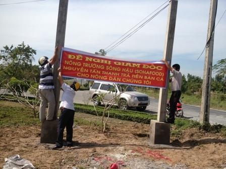 Nông dân căng biểu ngữ đòi nợ cá (ảnh: Sáu Nghệ - Tiền Phong)