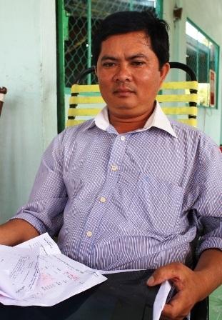 Ông Minh cùng hồ sơ bệnh án sau khi bị bà Liễu đánh