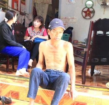 Chị Phương đang rửa vết thương cho chồng