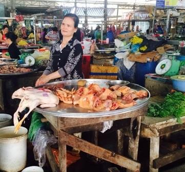 Gà, vịt được bày bán công khai ở chợ An Thới sáng 21/2