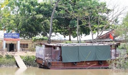 Trường học nổi nằm ở bến sông ngay cổng trường THCS Hồ Đức Thắng.