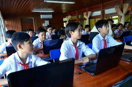 Học sinh rất thích thú với trang thiết bị hiện đại ở trường học nổi.