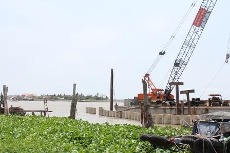 Gói thầu số 4 đang được thi công phần đóng trụ bờ kè