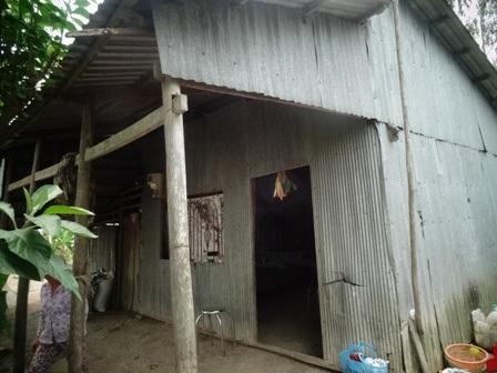 Căn nhà xập xệ, dột nát của vợ chồng anh Danh Lan