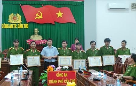 Phó Chủ tịch UBND TP Cần Thơ trao bằng khen cho các cá nhân và tập thể tham gia phá án