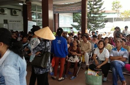Bệnh nhân đợi khám bệnh ở bệnh viện Đa khoa Trung ương Cần Thơ
