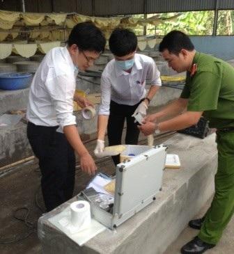 Cơ quan chức năng lấy mẫu các hóa chất để kiểm tra