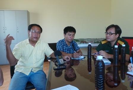 Ông Phan Quốc Minh Trung (bên trái) kể lại vụ việc cho phóng viên