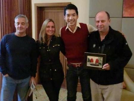 Trương Nam Thành tặng quà cho các thành viên BTC
